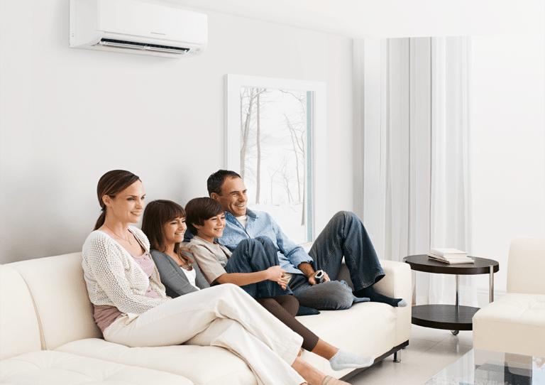 Familia feliz con aire acondicionado